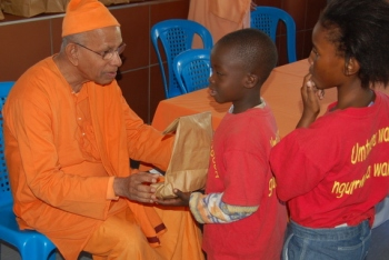 Swami Smarananandaji Maharaj with Black children of the Ramakrishna Abalindi Home which takes care of the HIV/AIDS affected Black children