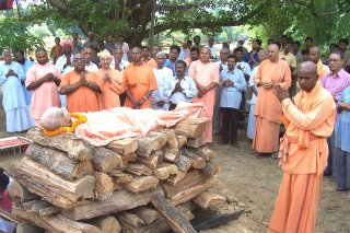 The mortal coil of Swami Umeshanandaji Maharaj readied on the pyre